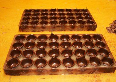 Ronde Chocolade bakjes voor de kersen bonbons, nog in de mal